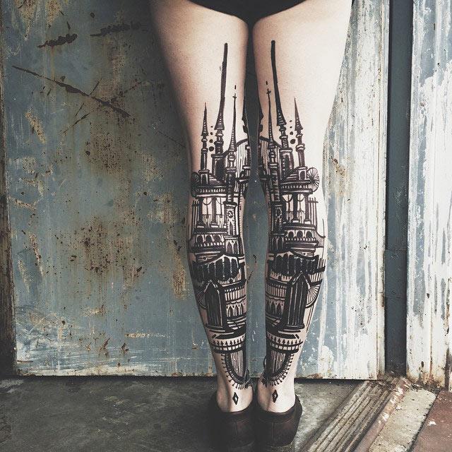 Impresionantes tatuajes díptico forman paisajes en la parte consecutivo de las piernas