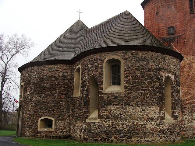 Późnoromańska rotunda (XIII wiek) w Stroni