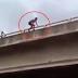 "(VIDEO) "" Aku Tak Kuat... Aku Tak Kuat....  "" - Lelaki Nekad Bunuh Diri Terjun Jambatan !"