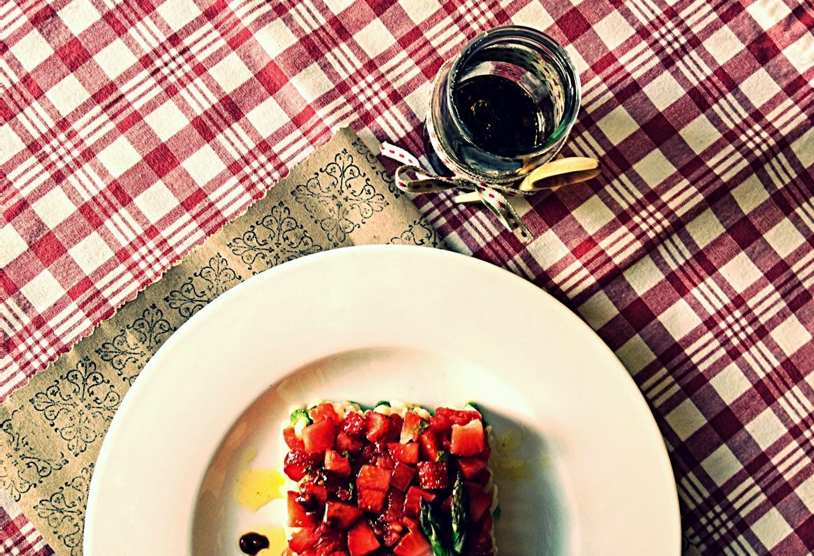 Trigo tierno con fresas, trigueros y aguacate