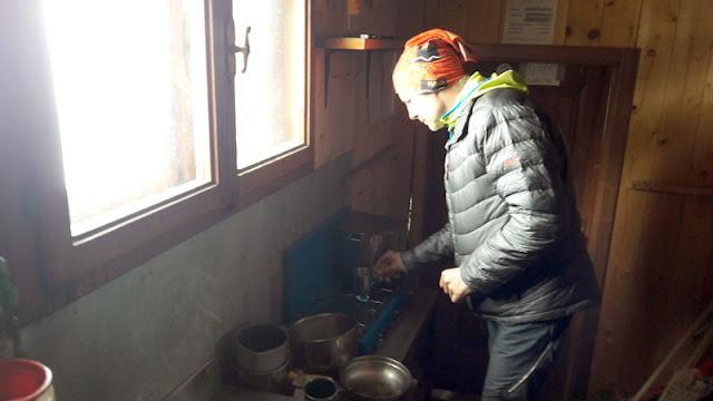 Cocinando en el Refugio Carrel