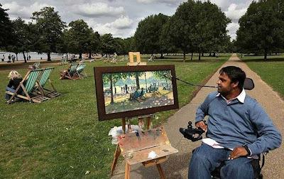 Pintor diacapacitado pinta con la boca