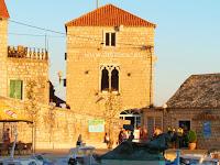 Gotički ljetnikovac, Bol, otok Brač slike
