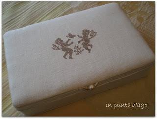 http://silviainpuntadago.blogspot.it/2009/11/una-scatola-in-lino.html
