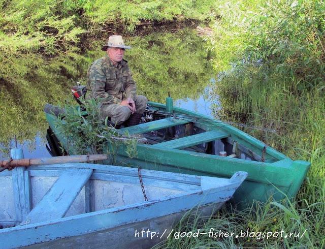 На рыбаку на лодке с мотором