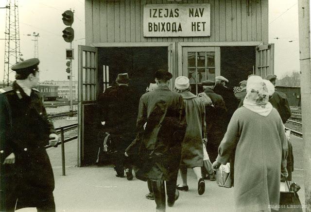 1960-е годы. Рига. На перроне Центрального ж/д вокзала (источник фото: Latvijas Nacionālā bibliotēka)