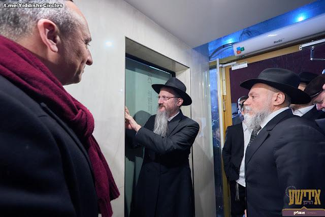 הרב לאזאר קלאפט ארויף א מזוזה פאר די מקוה