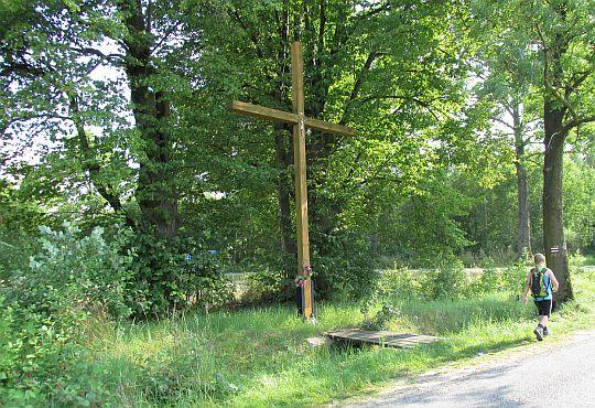 Mijamy drewniany krzyż przed przekroczeniem drogi krajowej nr 33.