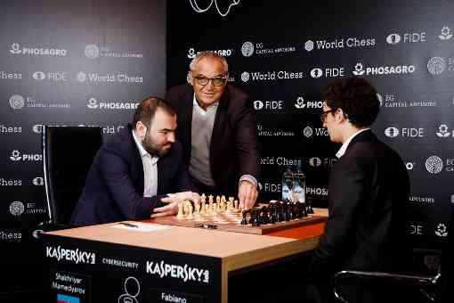 L'image clé de la ronde 10 : l'ancien footballeur international allemand Felix Magath lance la ronde en jouant symboliquement le premier coup du duel très attendu entre Shakhriyar Mamedyarov (5,5 points sur 9) et le leader Fabiano Caruana (6 points sur 9) - Photo © World Chess