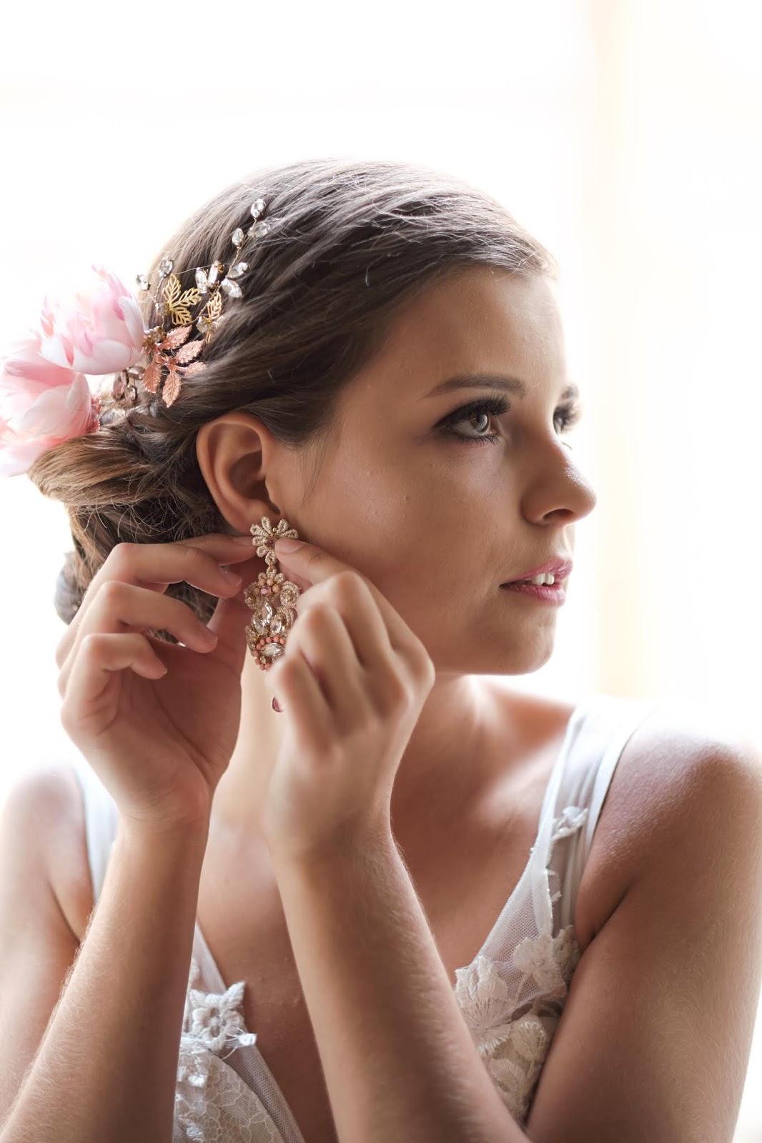 Flamingowy róż w biżuterii ślubnej.