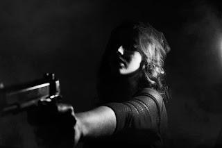 mulher segurando uma pistola de fogo