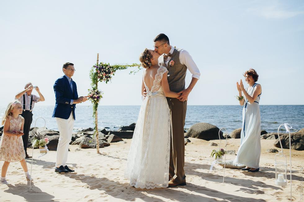 Eko kāzas pie dabas, brīvdabas ceremonija jūras krastā, Kāzas Rustic stilā
