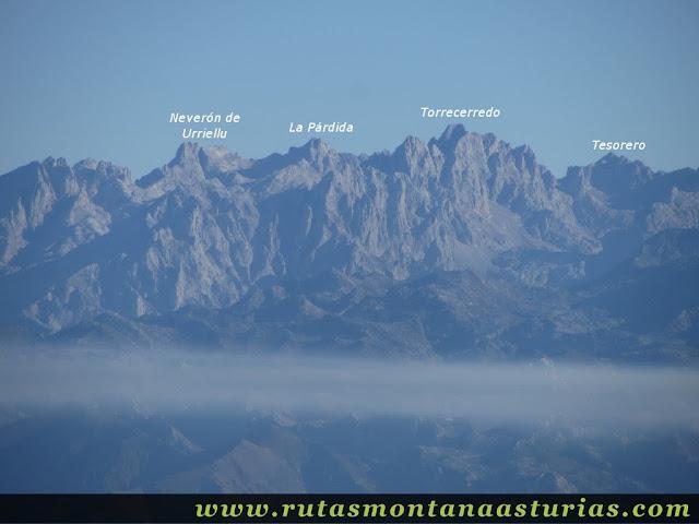 Ruta Pienzu por Mirador Fito y Biescona: Vista del Macizo Central de Picos de Europa desde el Pienzu