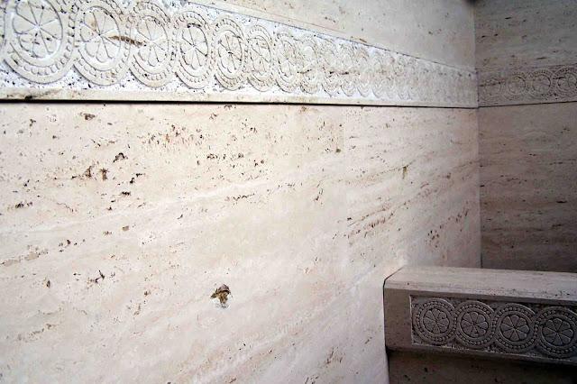 aplacado en mármol travertino romano para baño con grabados
