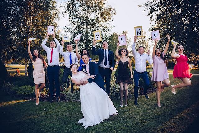 ślubne inspiracje, para młoda, zdjęcie ślubne grupowe, nowożeńcy, ślubne zdjęcie