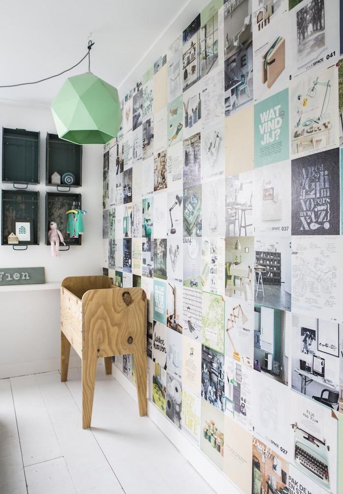 dormitorio infantil con papel pintado y cajas metálicas como estanterías