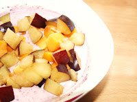 Acaipulver mit Joghurt und Früchten