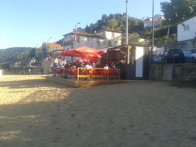 Bar e esplanada da praia fluvial de Arnelas