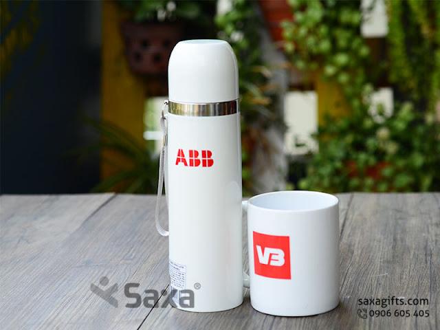 Bộ quà tặng gia dụng in logo ABB: bình giữ nhiệt inox + ly sứ trắng – BGD005