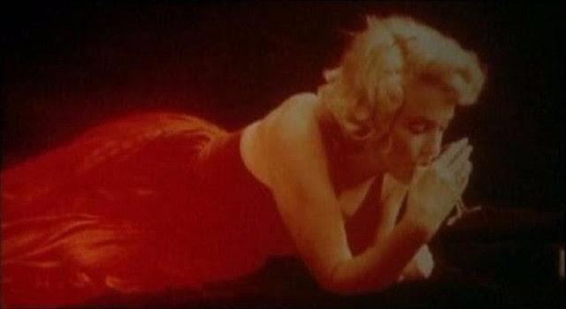 Marilyn monroe sitting pose