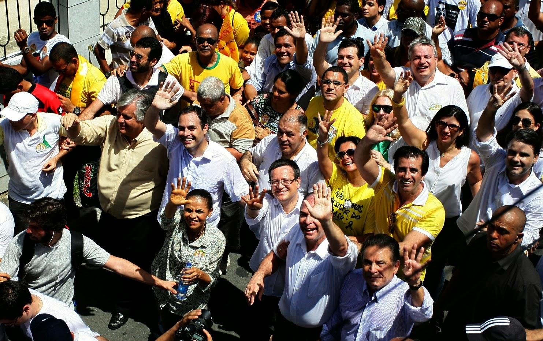 População lota as ruas de Casa Amarela para receber Paulo e Marina