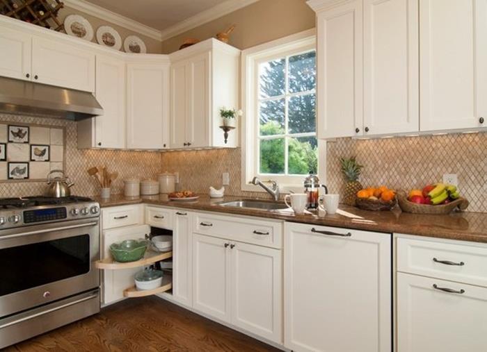 beyaz mutfak dolapları ve renkli tezgah mutfak dekorasyonu