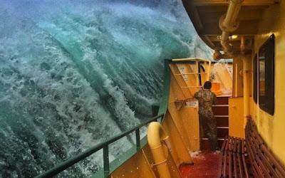 Πλοίο παλεύει με τεράστια κύματα