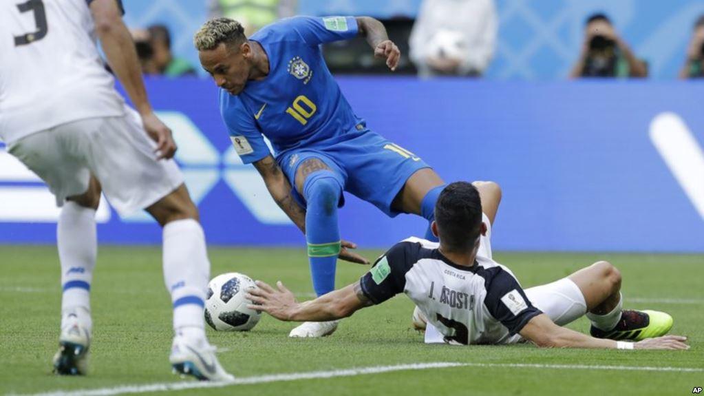 Neymar simuló un penal que fue anulado por el sistema VAR / AP
