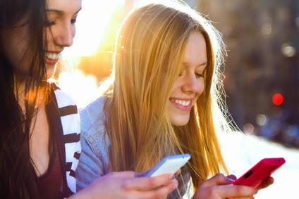 truco de marketing chicas guapas utilizando iphones