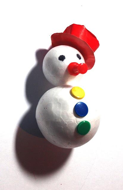 Sencilla manualidad para hacer con niños con la que confeccionaremos un bonito muñeco de nieve con el que decorar el árbol de Navidad.