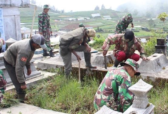 Yonif Mekanis Raider 413 Kostrad Bersama Masyarakat Hijaukan Lereng Gunung Lawu