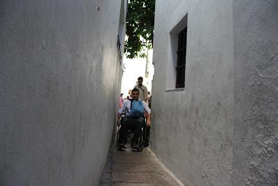 Los participantes accedieron con sus sillas a la calleja del Pañuelo, que tiene un ancho de paso de tan sólo 75 centímetros.