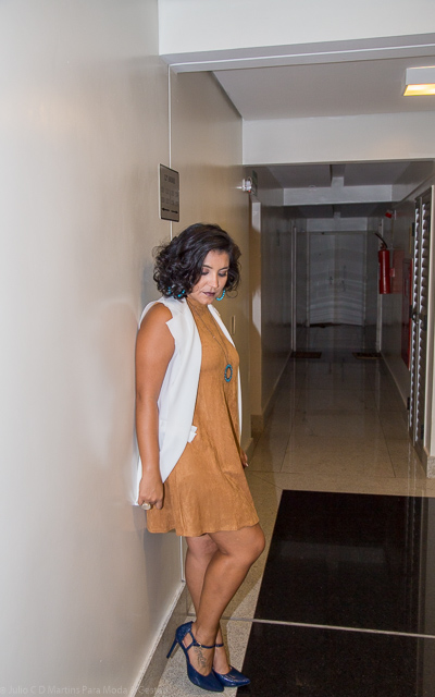Vestido marrom + colete branco
