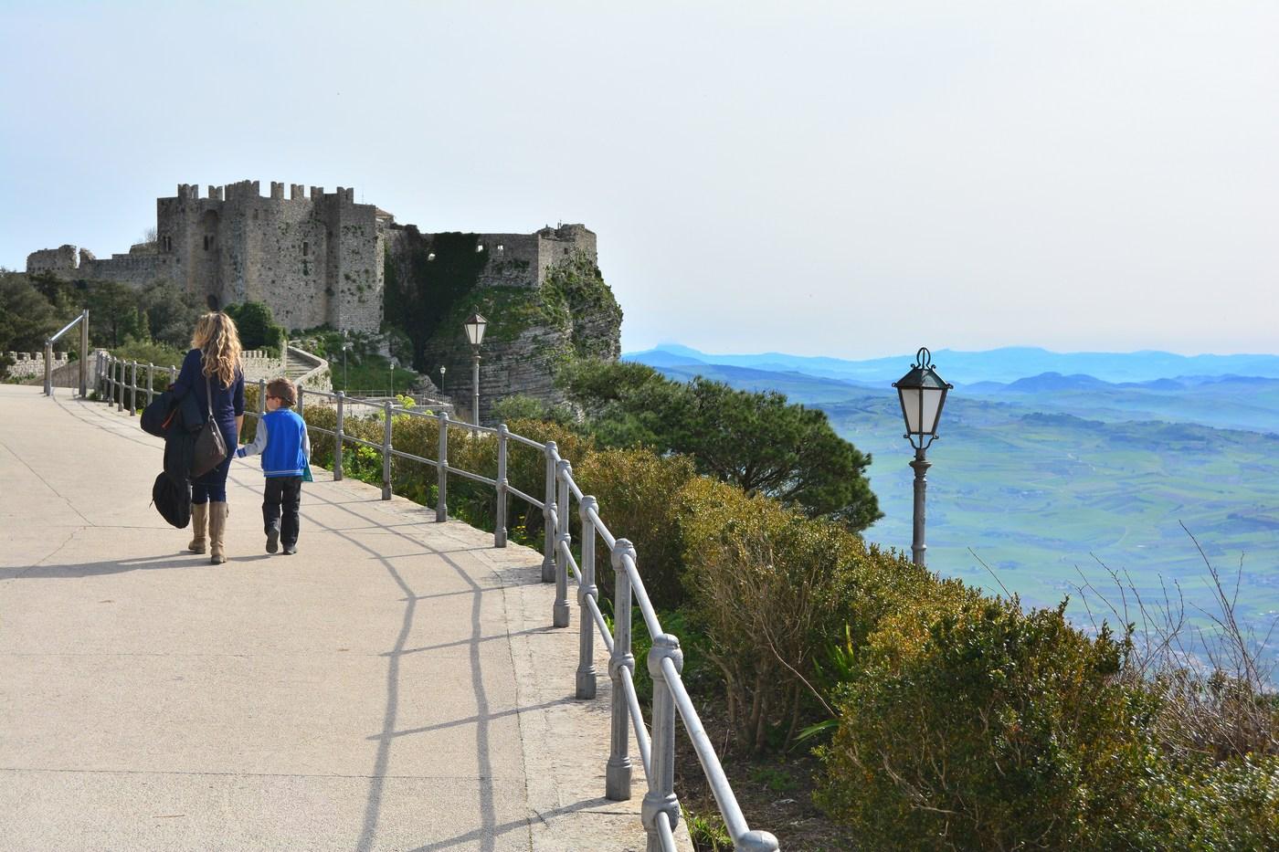 Tout au bout de la ville, dominant l'Est, voici le château de Vénus, une forteresse normande du XIIème siècle.