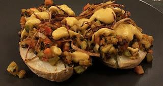 Πατάτες φούρνου με φακές και sauce κουνουπιδιού
