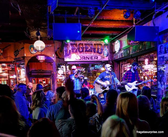 Música ao vivo em um honky tonk da Broadway, em Nashville