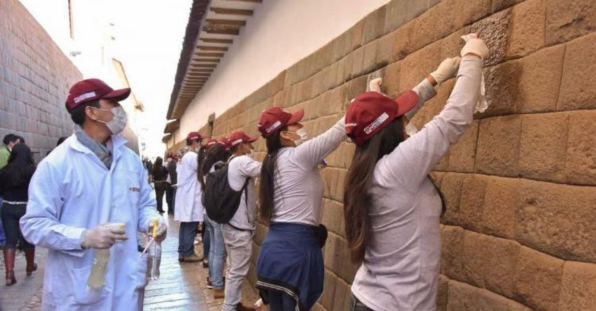 UNSAAC: Universitarios limpian muros incas en centro histórico de Cusco