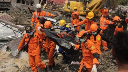 Tim Basarnas mengevakuasi jenazah korban gempa dan tsuni di Palu.