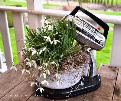 9. Mixer (pengaduk adonan) yang rusak parah bisa dimanfaatkan sebagi pot tanaman