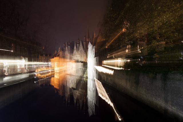 Canali di Bruges di notte-Markt