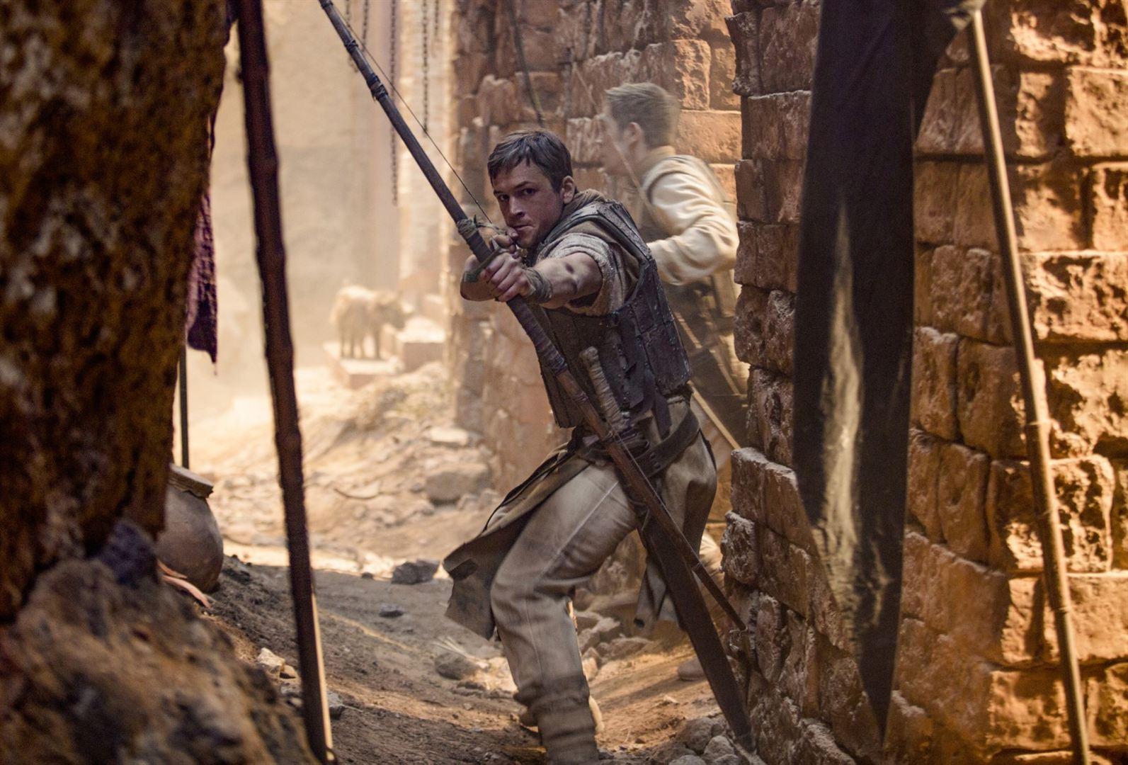 Robin Hood - A Origem | Taron Egerton mostra suas habilidades com flecha