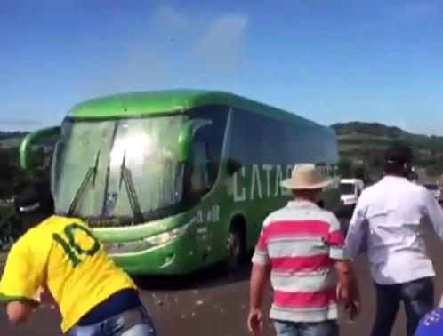Đội tuyển Brazil bị CĐV ném đá vào xe - Win2888vn