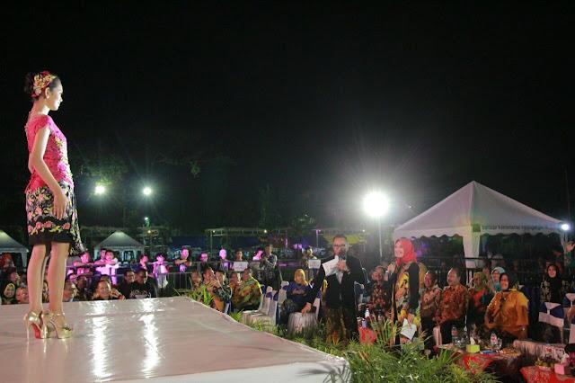 lelang batik kualitas premium kreasi pengrajin batik Kabupaten Probolinggo yang dipandu langsung oleh Bupati Probolinggo www.kraksaan-online.com