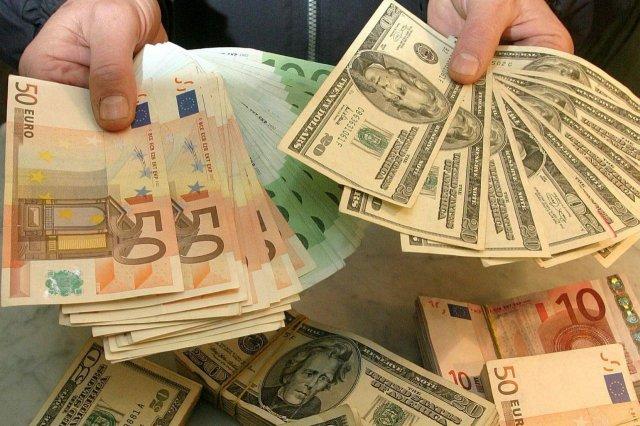 К апрелю курсы доллара и евро пробьют психологические барьеры