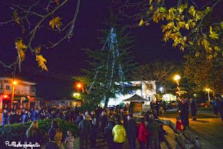 Το άναμμα του χριστουγεννιάτικου δέντρου στή Μεθώνη.