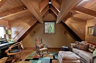 modern dolgozószoba a tetőtérben