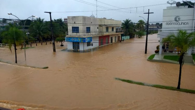 PRECÁRIA: Ruas de Ji-Paraná amanhecem inundadas com forte chuva; carro tombou