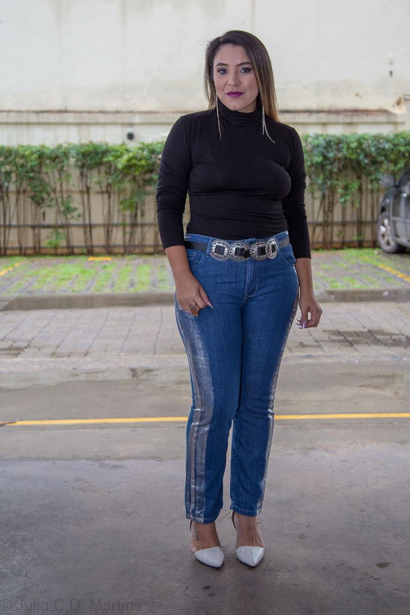 Look do dia: calça jeans com detalhes laterais e gola alta