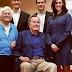 Actriz acusa al expresidente George Bush de asaltarla sexualmente desde su silla de ruedas