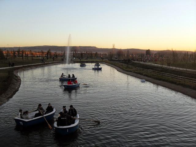 lago con barcas parque europa madrid